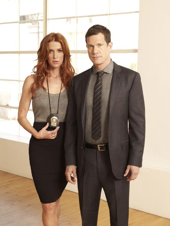 (1. Staffel) - Verbrechern auf der Spur: Detective Carrie Wells (Poppy Montgomery, l.) und Detective Al Burns (Dylan Walsh, r.) ... - Bildquelle: 2011 CBS Broadcasting Inc. All Rights Reserved.