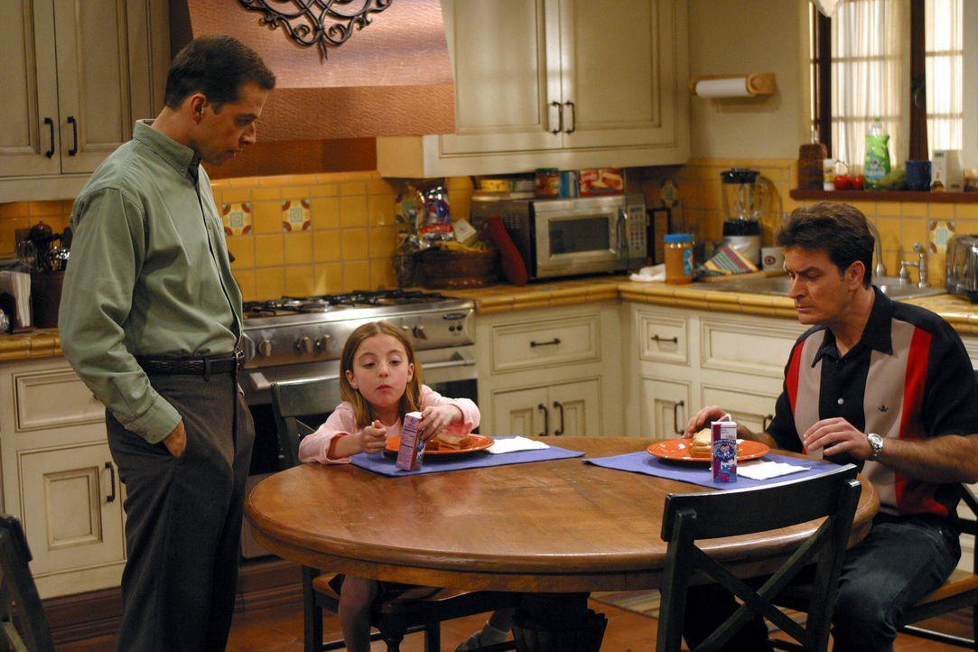 Nach und nach berichtet Frankie von ihren Schwierigkeiten, so dass Alan (Jon Cryer, l.) ihr gegen Charlies (Charlie Sheen, r.) Rat anbietet, mit ihr... - Bildquelle: Warner Brothers Entertainment Inc.