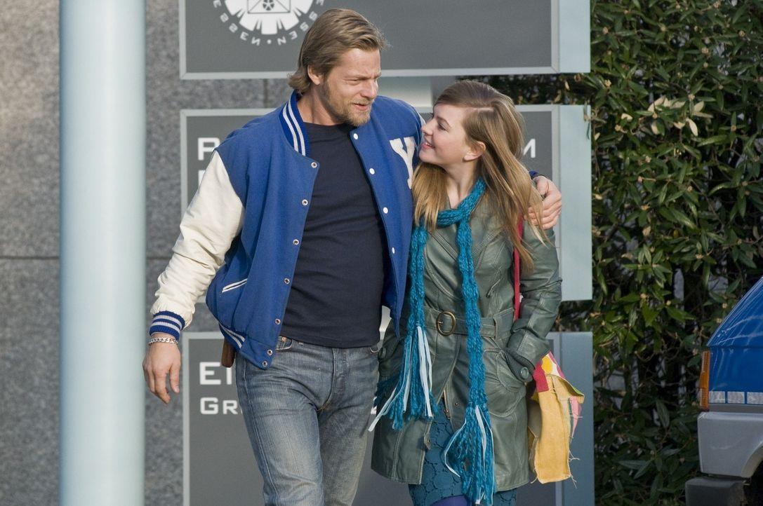 Als Mick (Henning Baum, l.) den neuen Freund seiner Tochter Isabelle (Luise Risch, r.) überprüft, entdeckt er einige Dinge, die ihn keineswegs erfre... - Bildquelle: Martin Rottenkolber SAT.1