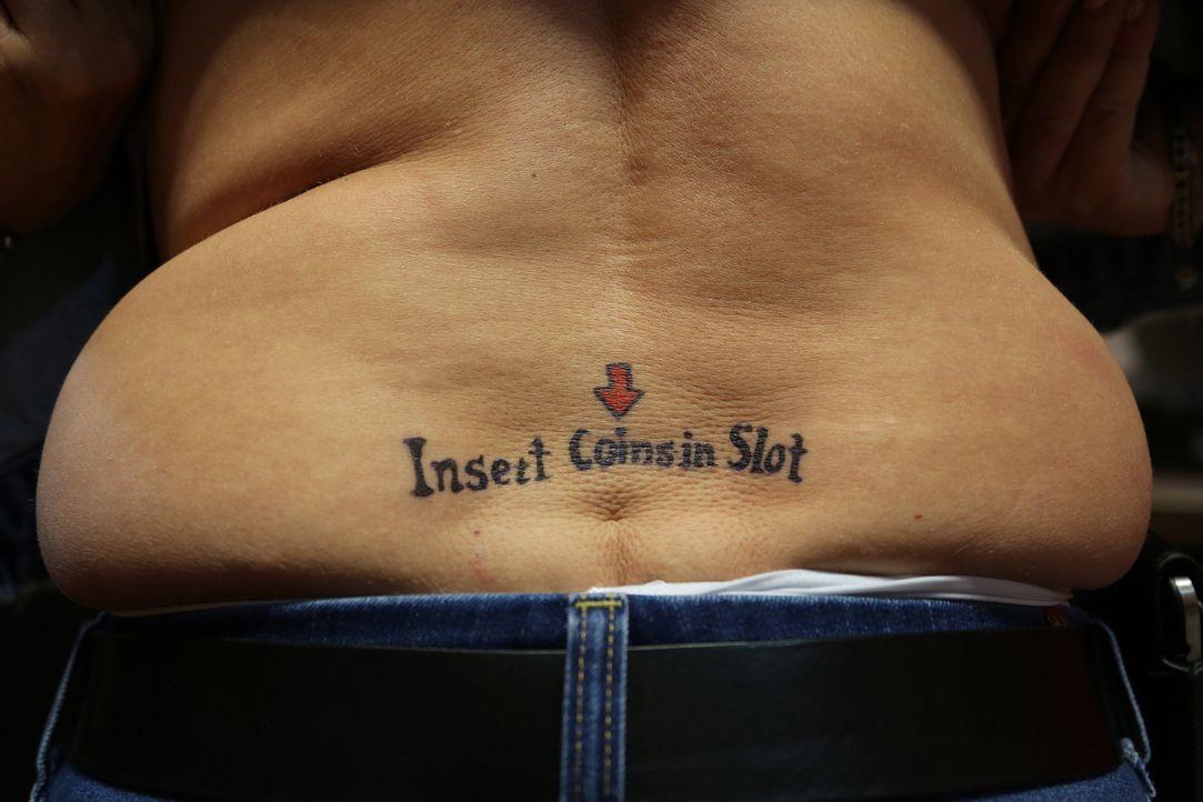 Eigentlich bereut die 65-jährige S.J. ja ihr Tattoo nicht, aber vielleicht wäre jetzt doch der Zeitpunkt gekommen, das Arschgeweih wieder loszuwerde... - Bildquelle: 2013 A+E Networks, LLC