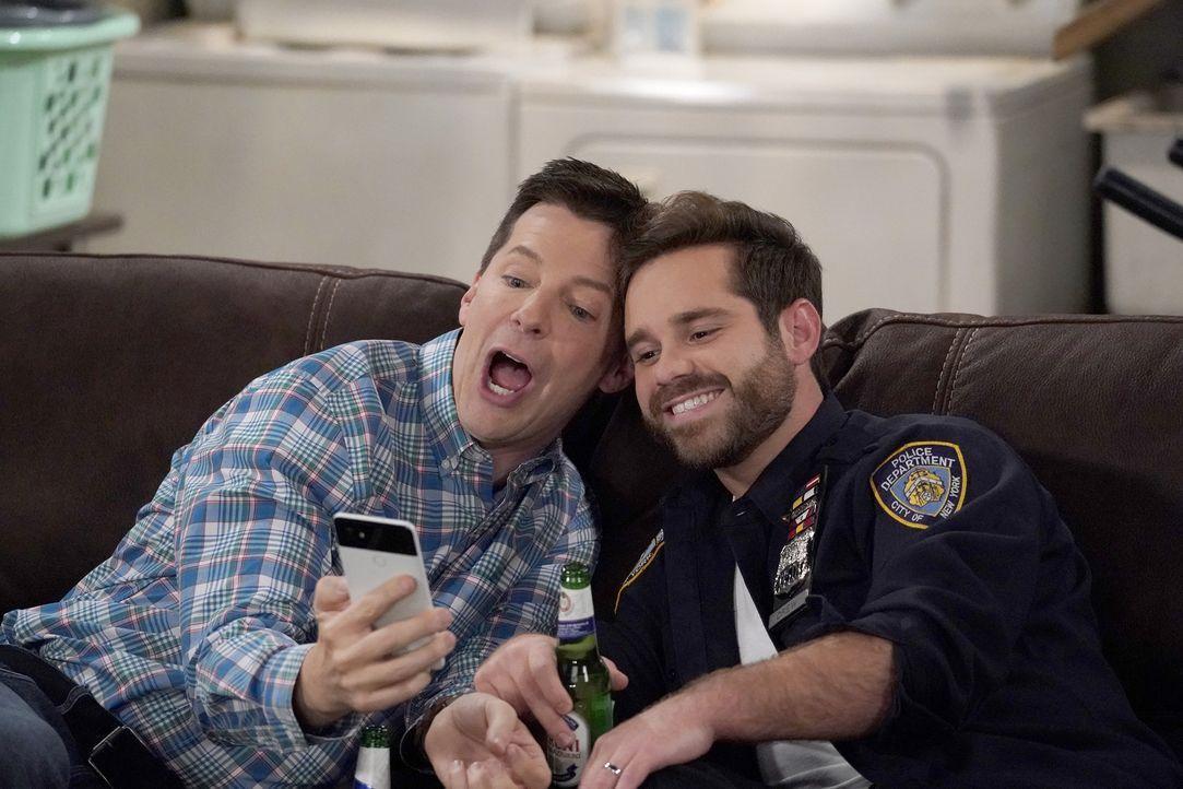 Jack (Sean Hayes, l.) wird auf eine harte Probe gestellt, als er seien Zeit mit Drew (Ryan Pinkston, r.) verbringt, der sich noch nicht geoutet hat... - Bildquelle: Chris Haston 2017 NBCUniversal Media, LLC