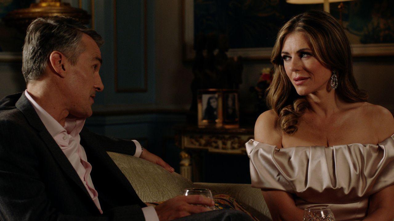 Helena (Elizabeth Hurley, r.) fühlt sich in der Gesellschaft von Jack (Doug Allen, l.) sehr wohl. Doch der Kampf um die Macht am königlichen Hof mit... - Bildquelle: 2016 E! Entertainment Television, LLC