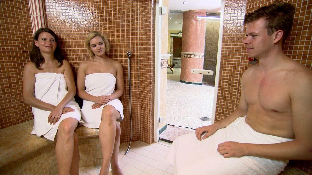 Nadja (l.) und Marina (M.) treffen sich in der Sauna, wo die beiden Single-Frauen auch gleich heftig mit einem jungen Mann flirten ... - Bildquelle: SAT.1