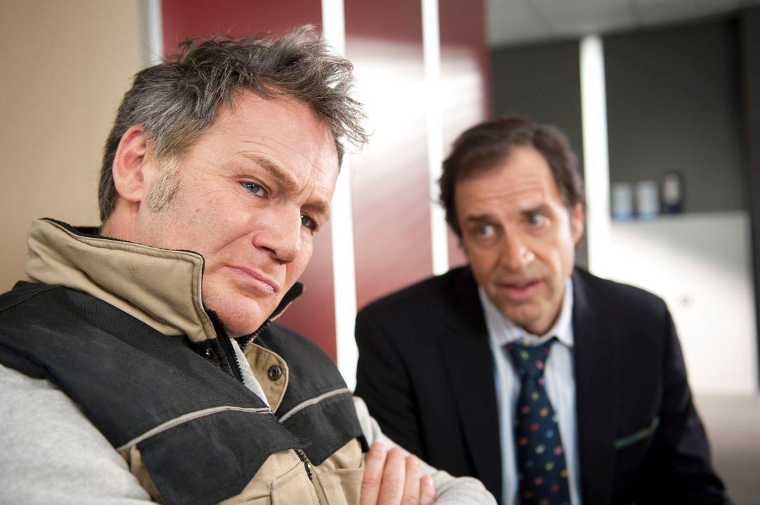 Während Ferchert (Helmfried von Lüttichau, r.) versucht, Branko Palic (Aleksandar Jovanovic, l.) zu versichern, dass die Polizei den Mörder seines B... - Bildquelle: Martin Rottenkolber SAT.1