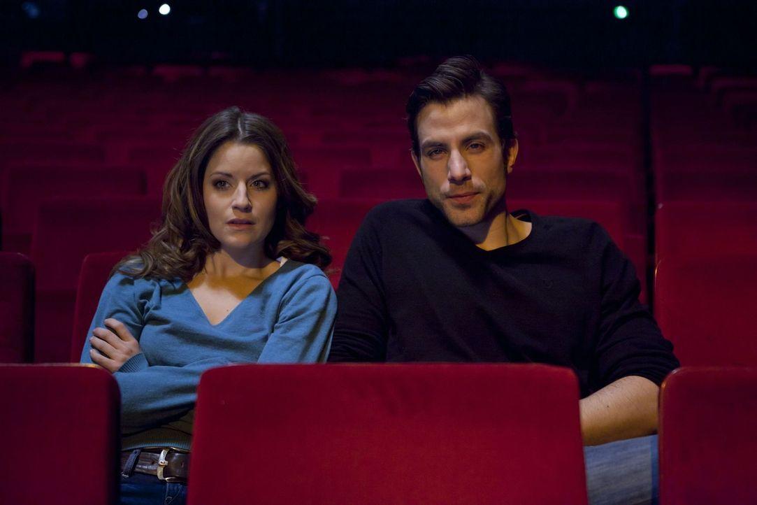 Freuen sich auf ein entspanntes Wochenende: Michael (Andreas Jancke, r.) und Bea (Vanessa Jung, l.) ... - Bildquelle: SAT.1