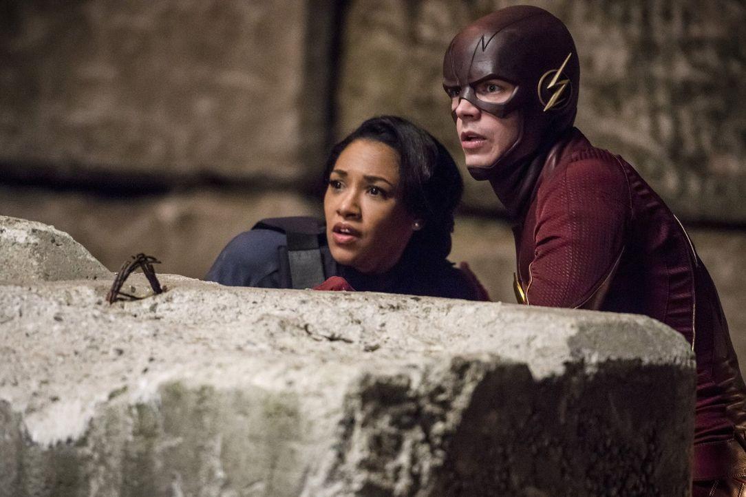 Gelingt es Barry alias The Flash (Grant Gustin, r.), sich von den fesselnden Einflüssen von Welt 2 und vor allem von der liebreizenden Doppelgängeri... - Bildquelle: Warner Bros. Entertainment, Inc.