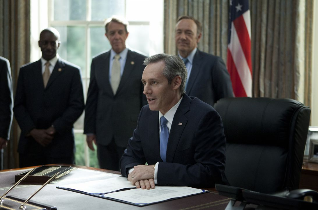Präsident Walker (Michael Gill, vorne) zeigt sich erfreut darüber, dass Underwood (Kevin Spacey, hinten r.) die Bildungsreform durchsetzen konnte.... - Bildquelle: 2013 MRC II Distribution Company L.P. All Rights Reserved.