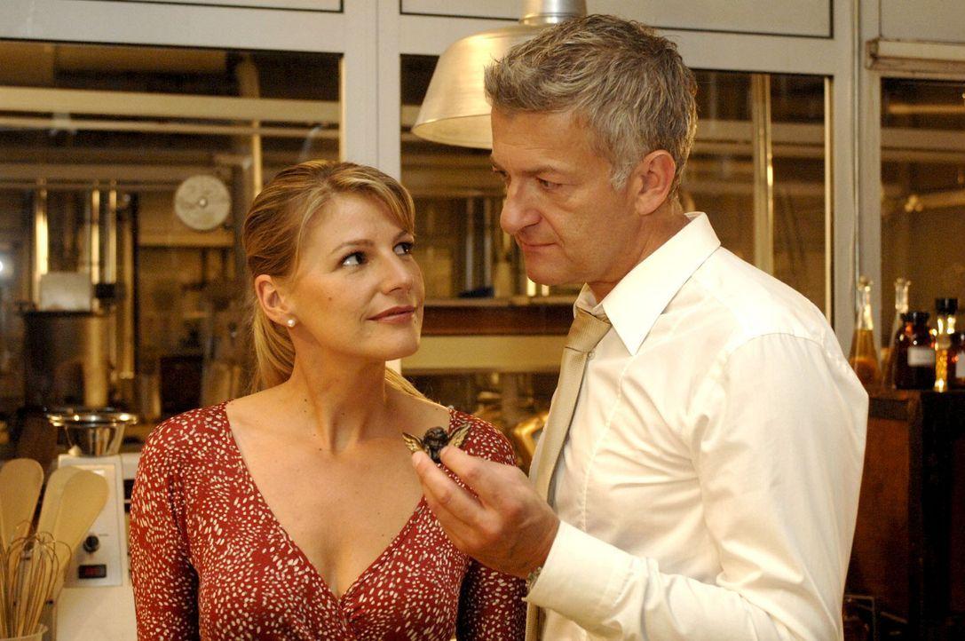 Pit (Dominic Raacke, r.) hat nicht nur ein Herz für Schokolade, nur muss er Katharina (Sophie Schütt, l.) noch davon überzeugen... - Bildquelle: Sat.1
