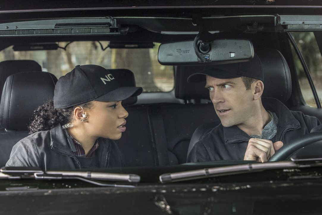 Sonja Percy (Shalita Grant, l.) und Christopher LaSalle (Lucas Black, r.) ermitteln den Mord eines Navy-Captains ... - Bildquelle: Skip Bolen 2018 CBS Broadcasting, Inc. All Rights Reserved/Skip Bolen