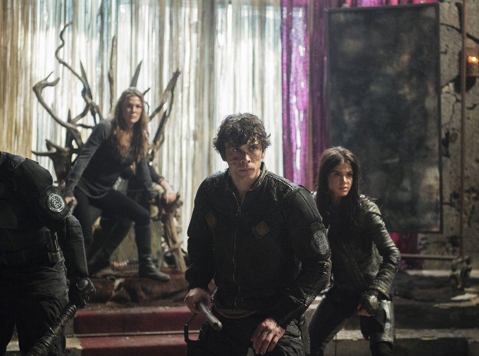 Noch ahnen Abbie (Paige Turco, l.), Bellamy (Bob Morley, M.) und Octavia (Marie Avgeropoulos, r.) nicht, dass Alie nicht die einzige Bedrohung für d... - Bildquelle: 2014 Warner Brothers