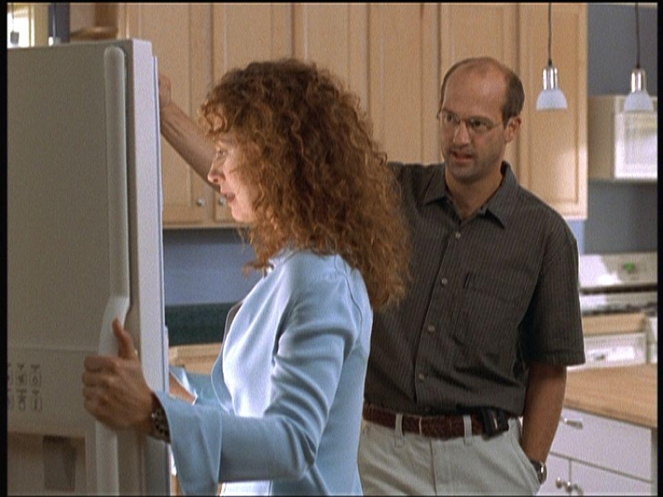 Corday (Alex Kingston, l.) ist überwältigt. Greene (Anthony Edwards, r.) hat nicht nur einen Brilliantring im Kühlschrank deponiert, sondern bittet... - Bildquelle: TM+  2000 WARNER BROS.