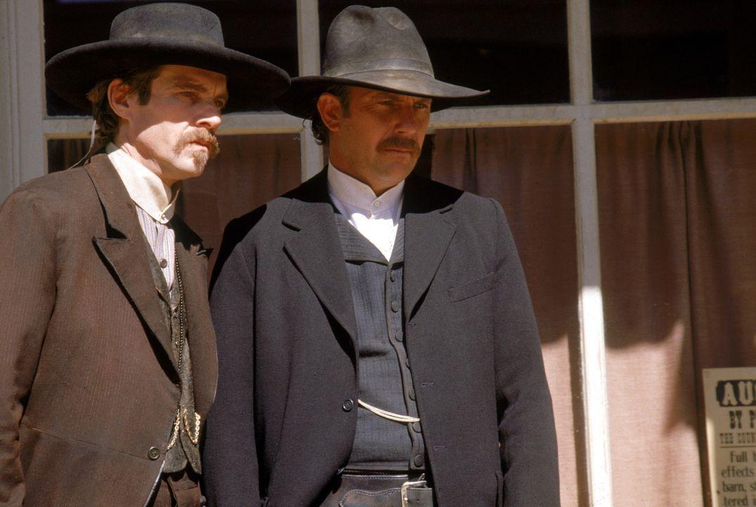 Wyatt Earp (Kevin Costner, r.) und Doc Holiday (Dennis Quaid, l.) sagen der Gesetzlosigkeit des Wilden Westens den Kampf an ... - Bildquelle: Warner Bros.