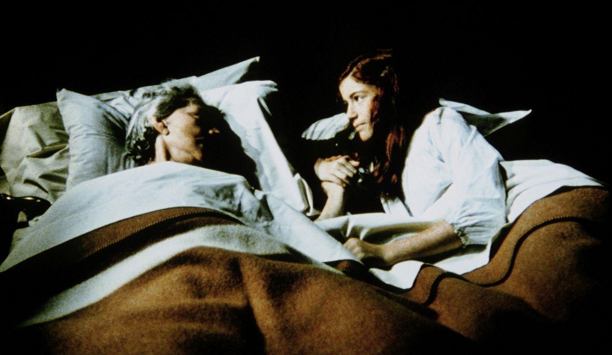 Weil sie sich alleine fürchtet, ist Elizabeth (Kami Cotler, r.) zu ihrer Großmutter (Ellen Corby, l.) ins Bett gekrochen, denn der Platz an Esters S... - Bildquelle: WARNER BROS. INTERNATIONAL TELEVISION