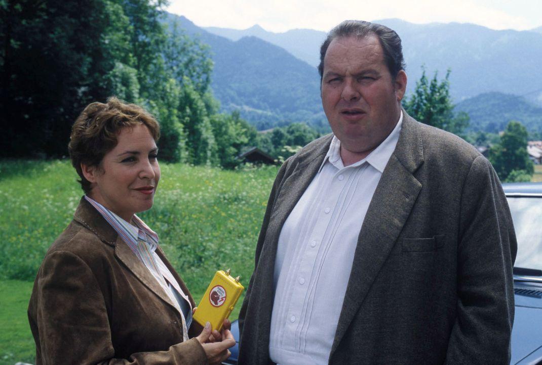 Benno (Ottfried Fischer, r.) und Sabrina (Katerina Jacob, l.) ermitteln im Fall des ermordeten Staatssekretärs von Gluck. - Bildquelle: Magdalena Mate Sat.1