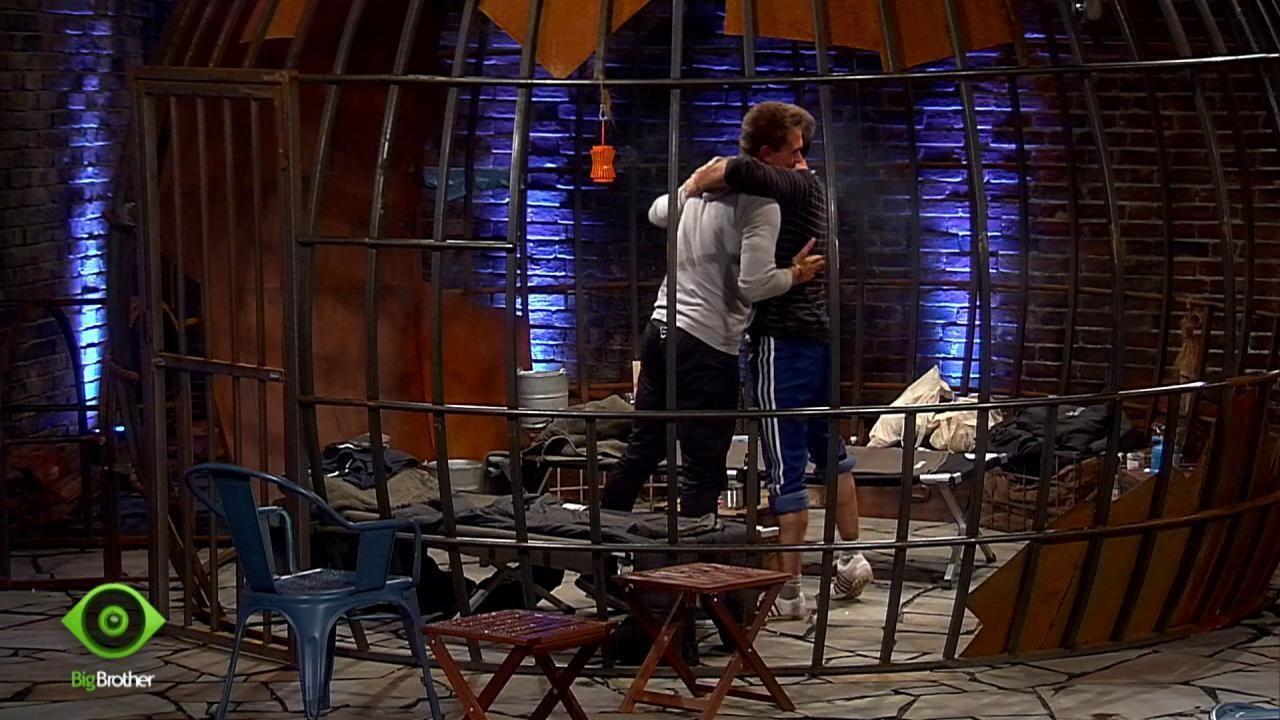 Kevin und Thomas dürfen wieder ins Haus - Bildquelle: sixx