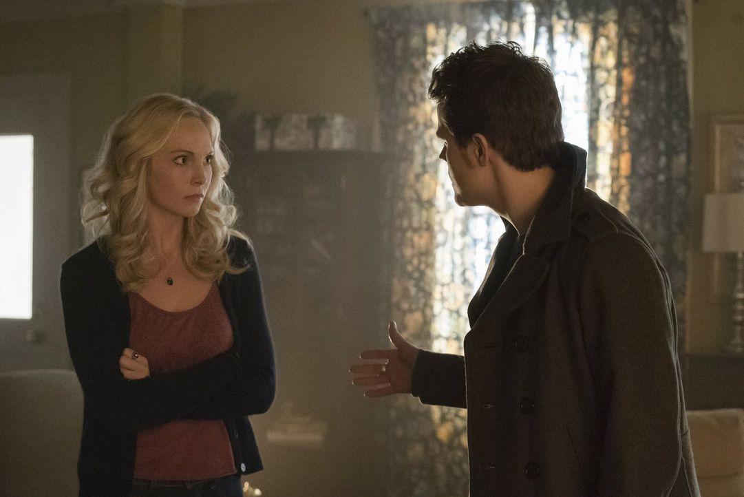 Stefan (Paul Wesley, r.) steht Caroline (Candice Accola, l.) zur Seite, obwohl ihre übereilte Entscheidung drastische Folgen hat ... - Bildquelle: Warner Bros. Entertainment, Inc