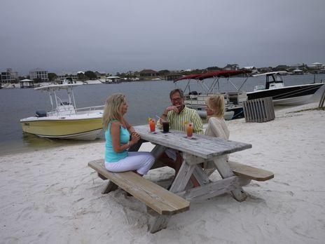 Rhonda (r.) träumt davon am Meer zu leben, doch als ihr Verlobter Ken (M.) wi...
