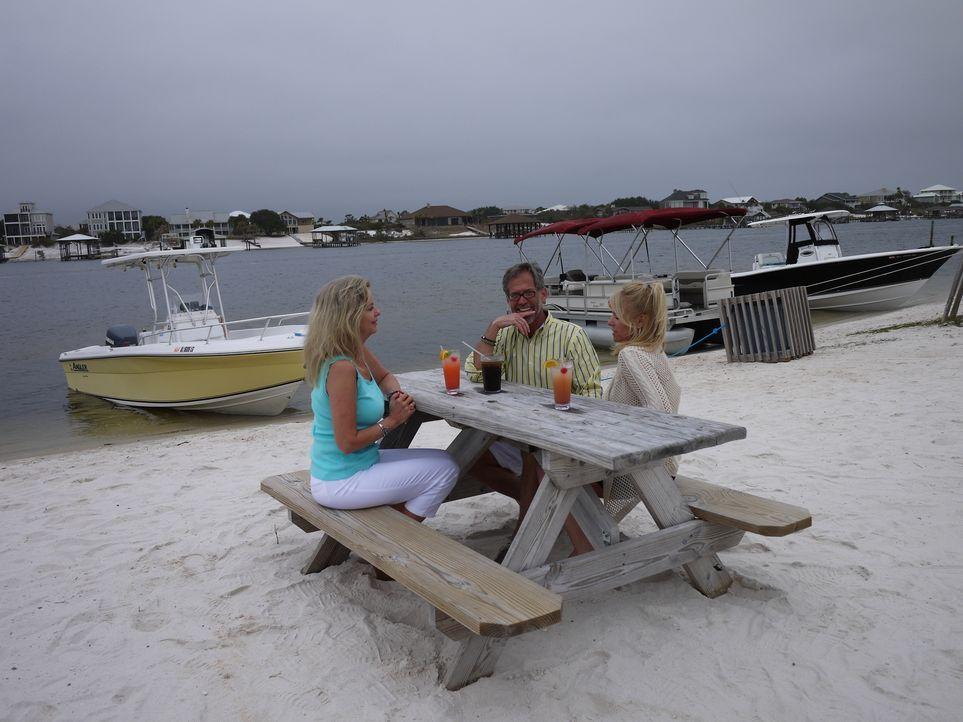 Rhonda (r.) träumt davon am Meer zu leben, doch als ihr Verlobter Ken (M.) wirklich die Initiative ergreift und Maklerin Joy Sullivan (l.) engagiert... - Bildquelle: 2014, HGTV/Scripps Networks, LLC. All Rights Reserved.