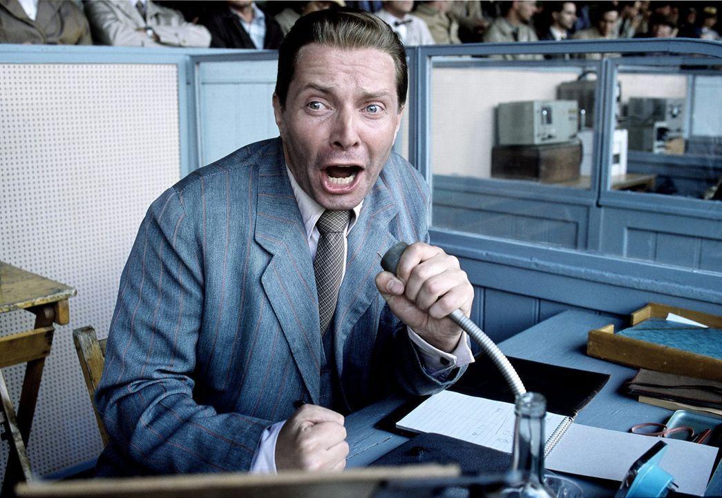 """""""Aus, aus, aus, das Spiel ist aus! Deutschland ist Weltmeister!"""" Millionen Deutsche erfahren in diesem Moment die unglaubliche Nachricht von Komment... - Bildquelle: Senator Film"""
