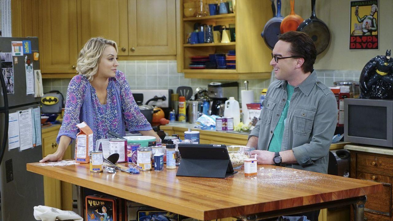 Während Leonard (Johnny Galecki, r.) und Penny (Kaley Cuoco, l.) ihr erstes Thanksgiving als verheiratetes Paar feiern, wollen Howard, Bernadette, R... - Bildquelle: 2015 Warner Brothers