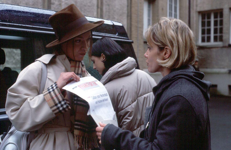 Die Boulevard-Reporterin Eva Hellmann (Marion Mitterhammer, l.) recherchiert ebenfalls in der Mordserie und versucht Michelle (Ann-Kathrin Kramer, r... - Bildquelle: Jacqueline Krause-Burberg Sat.1