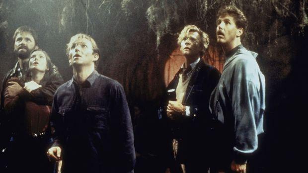 Im Kanalisationsschacht suchen Ben (John Ritter, l.), Beverly (Annette O'Tool...