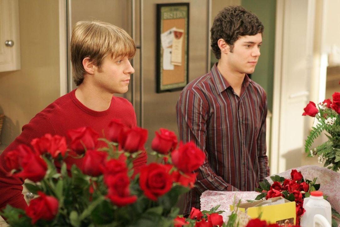 Ryan (Benjamin McKenzie, l.) und Seth (Adam Brody, r.) sind nicht wirklich glücklich, denn beide haben sich ihren Valentinstag ganz anders vorgeste... - Bildquelle: Warner Bros. Television