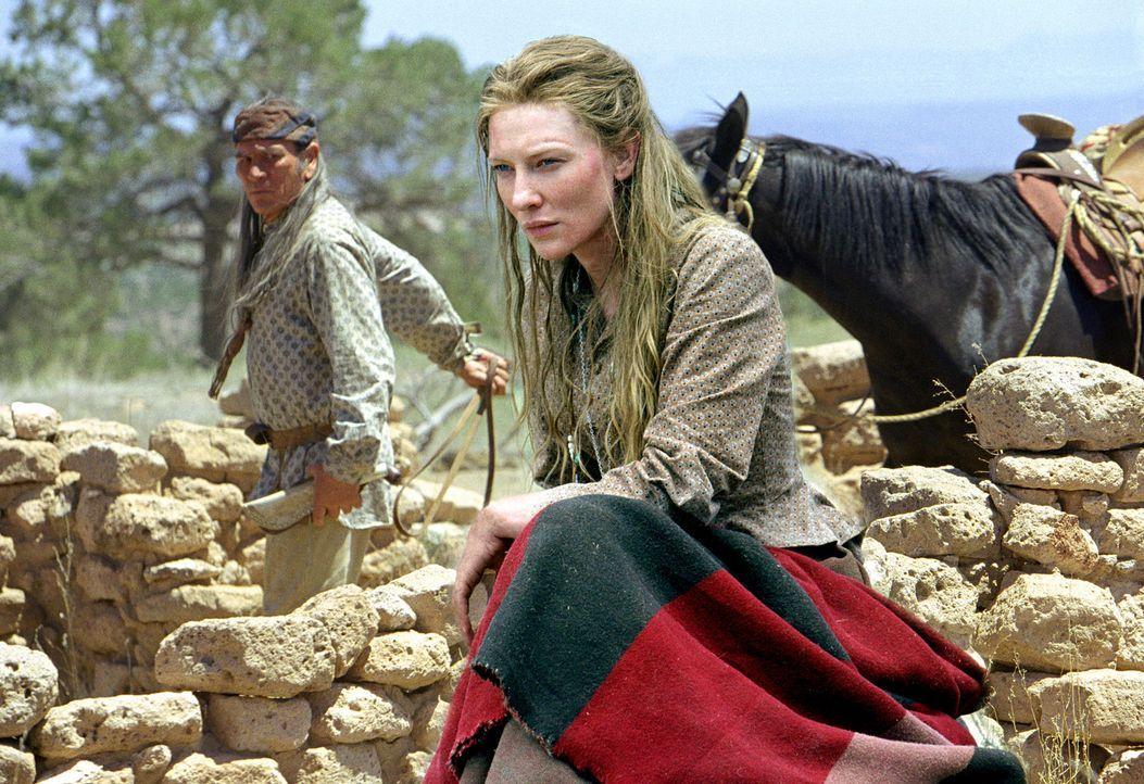 Als Maggies (Cate Blanchett, r.) Tochter Lily von einer brutalen Bande verschleppt wird, ist sie auf die Hilfe ihres entfremdeten Vaters (Tommy Lee... - Bildquelle: 2004 Sony Pictures Television International. All Rights Reserved.