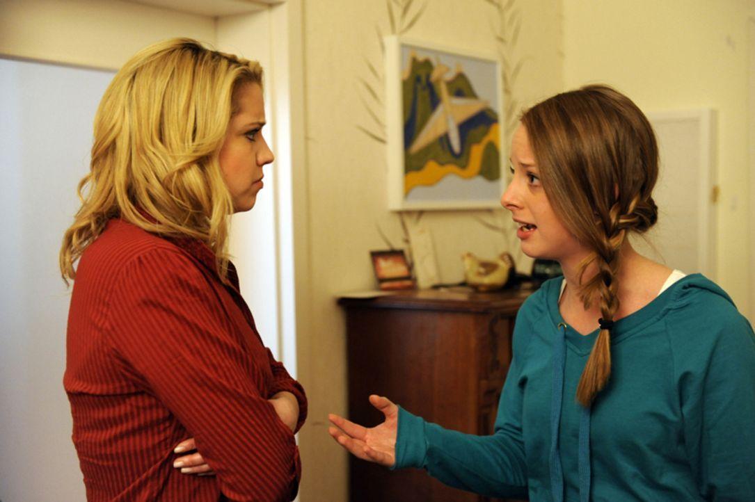 Lara (Amelie Plaas Link, r.) ist fassungslos als sie erfährt, dass ihre Mutter fremdgegangen ist. Bei Miriam (Caroline Maria Frier, l.) sucht sie R... - Bildquelle: SAT.1