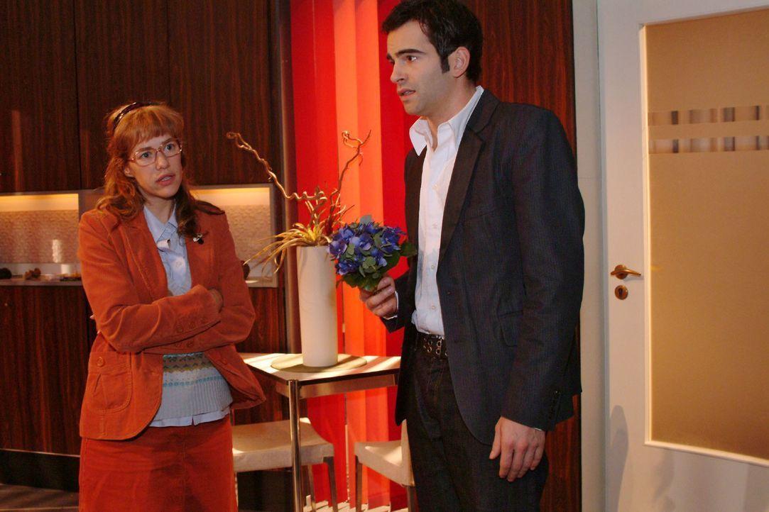 David (Mathis Künzler, r.) will sich bei Lisa (Alexandra Neldel, l.) dafür entschuldigen, dass er sie als Gouvernante bezeichnet hat. Lisa gibt ihm... - Bildquelle: Monika Schürle Sat.1