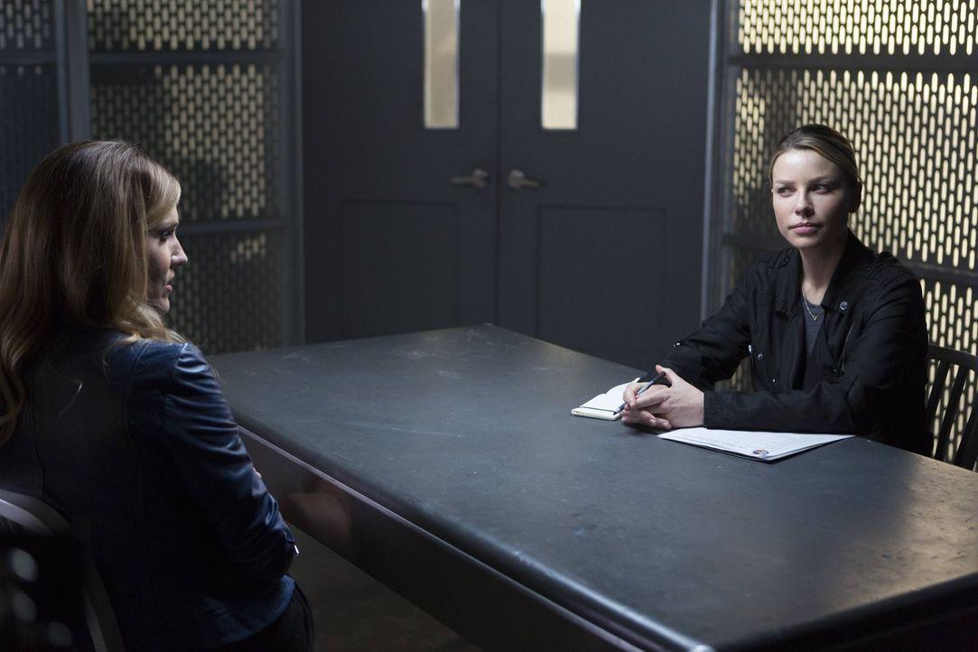 Charlotte (Tricia Helfer, l.) fasst einen neuen Plan, um Chloe (Lauren German, r.) für ihre Ziele nutzen zu können. Doch wie wird ihr nächster Schri... - Bildquelle: 2016 Warner Brothers