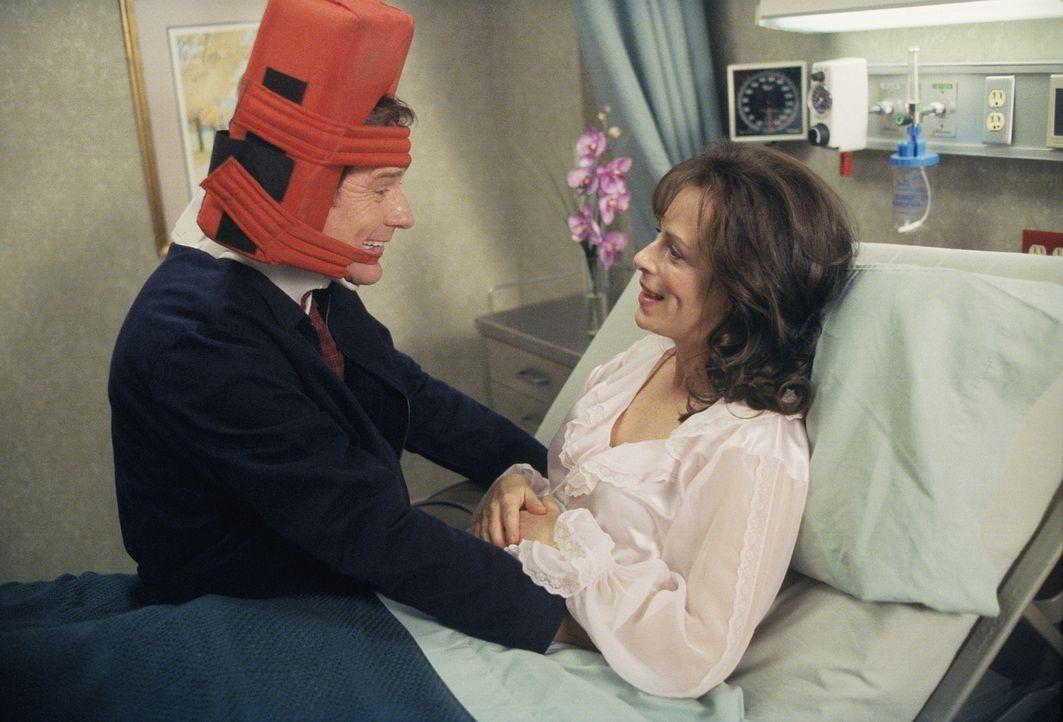 Nach dem Autounfall leidet Hal (Bryan Cranston, l.) unter Wahnvorstellungen. Trotzdem ist er froh, endlich nach Hause zu seiner Frau Lois (Jane Kacz... - Bildquelle: TM +   2000 Twentieth Century Fox Film Corporation. All Rights Reserved.