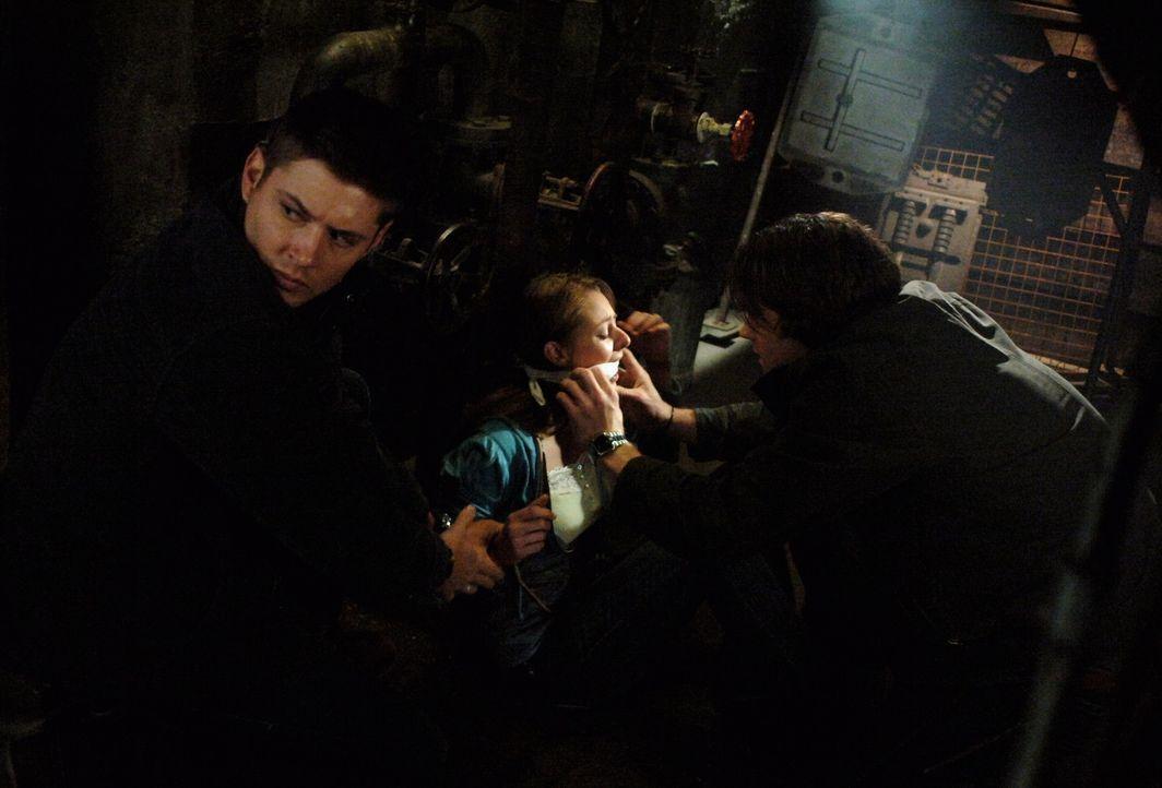 Sam (Jared Padalecki, r.) und Dean (Jensen Ackles, l.) befreien ein Mädchen (Natalia Minuta, M.), dass von einem Vampir gefangen genommen wurde  ... - Bildquelle: Warner Bros. Television