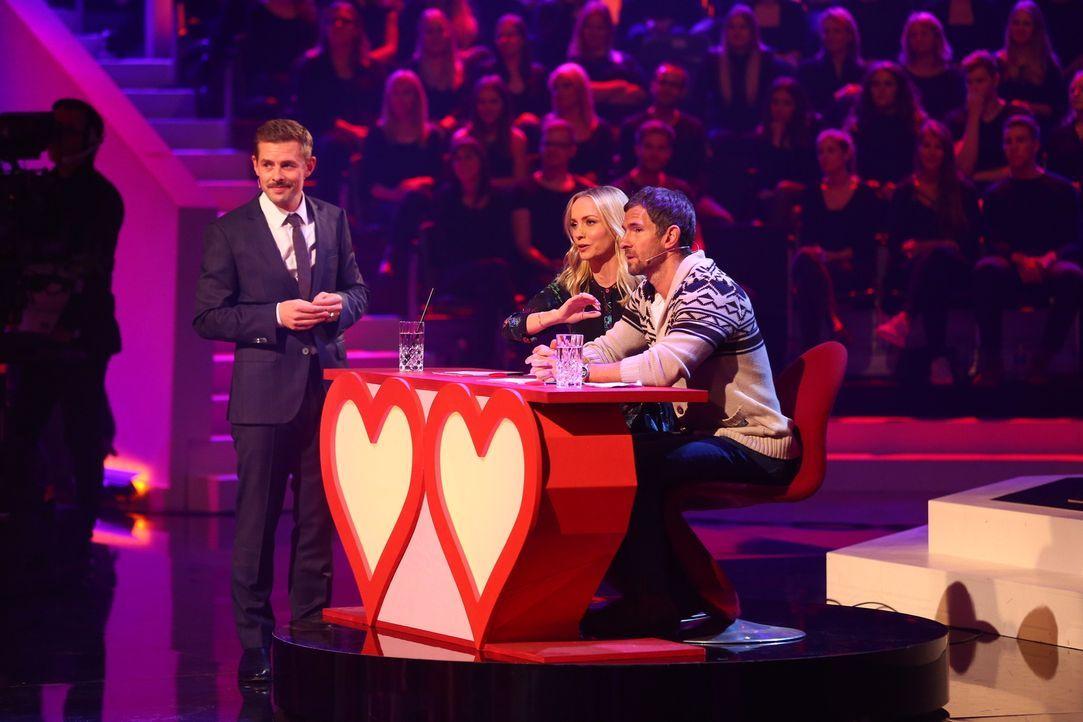 """Drei angebliche Paare stellen sich in """"Nur die Liebe zählt"""" der kritischen Jury aus Janin Ullmann (M.) und Micky Beisenherz (r.). Und Klaas (l.) wei... - Bildquelle: Jens Hartmann ProSieben"""