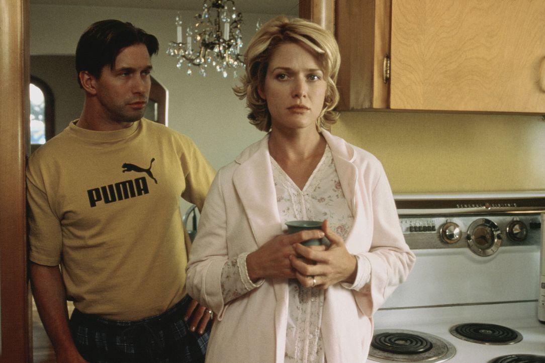 Vergeblich versuchen Caleb Barnes (Stephen Baldwin, r.) und seine Frau Mary (Shawn Huff, l.), den Tod ihres kleinen Sohnes zu überwinden ... - Bildquelle: COLUMBIA TRISTAR INTERNATIONAL TELEVISION