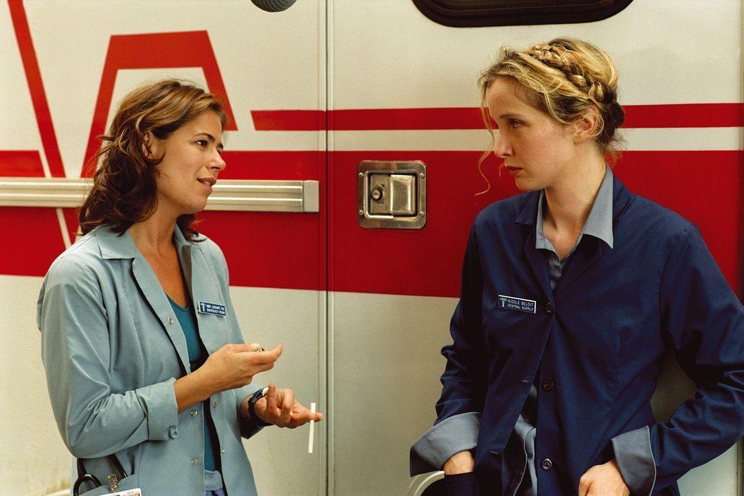 Abby (Maura Tierney, l.) steht der neuen Mitarbeiterin Nicole (Julie Delpy, r.) ablehnend gegenüber, weil sie sie für die neue Freundin von Kovac... - Bildquelle: TM+  WARNER BROS.