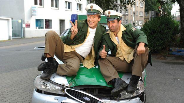 Die beiden Polizisten Tommie (Tom Gerhardt, l.) und Mario (Hilmi Sözer, r.) s...