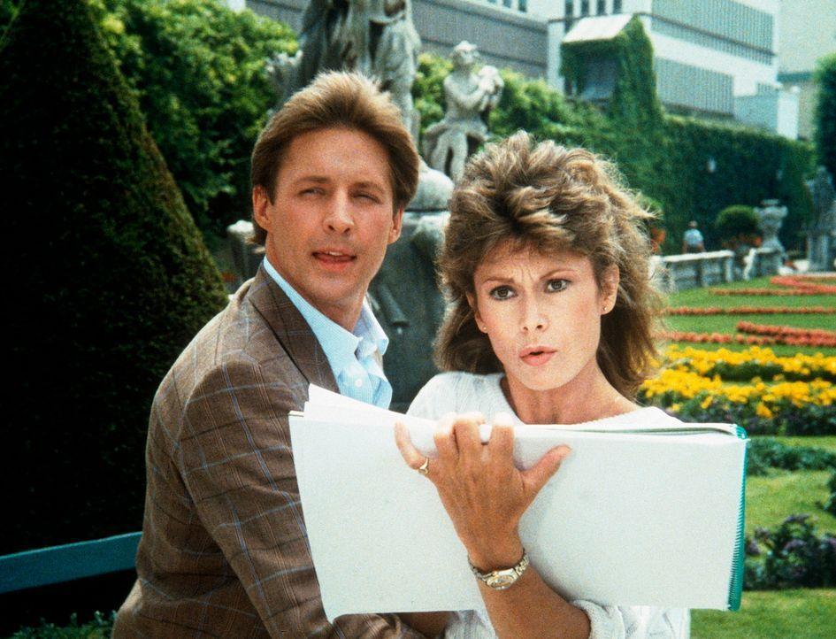 Ein Skizzenblock enthält für den Fall, den Lee (Bruce Boxleitner, l.) und Amanda (Kate Jackson) in Salzburg aufklären müssen, wertvolle Informatione... - Bildquelle: CBS Television