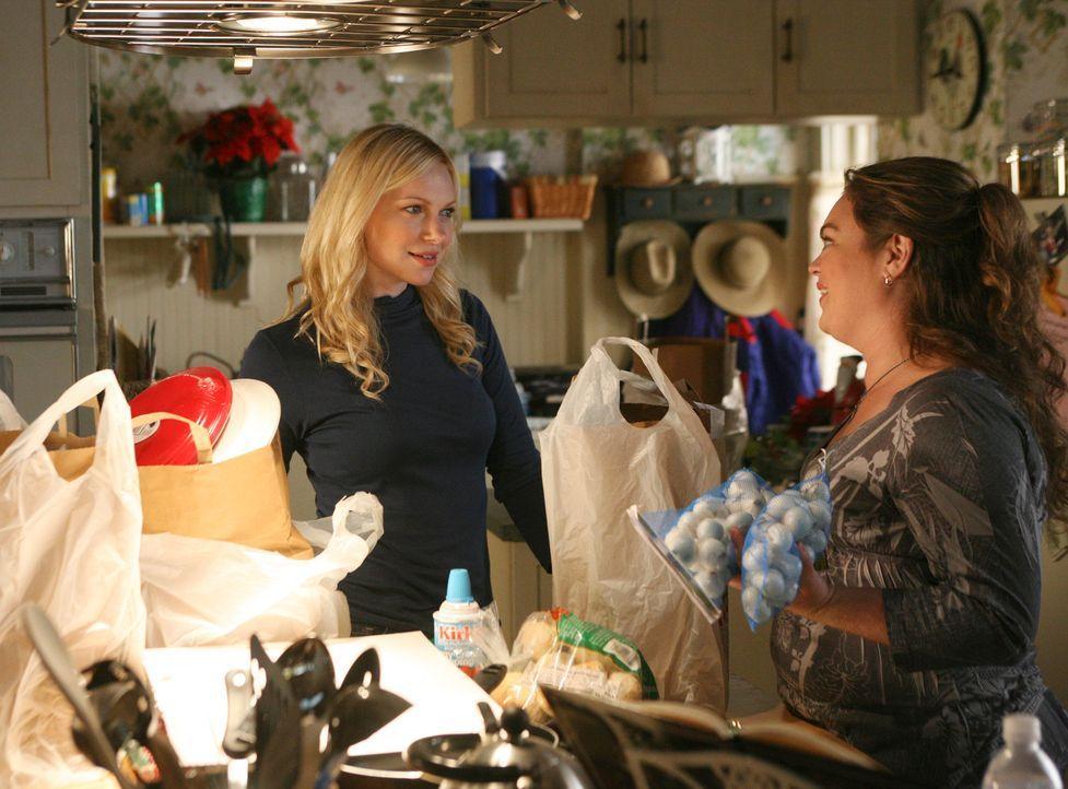 Janet (Rebecca Field, r.) verrät nicht einmal ihrer engsten Freundin Hannah (Laura Prepon, l.), was sie ihrem Schwarm schenken wird... - Bildquelle: ABC Studios