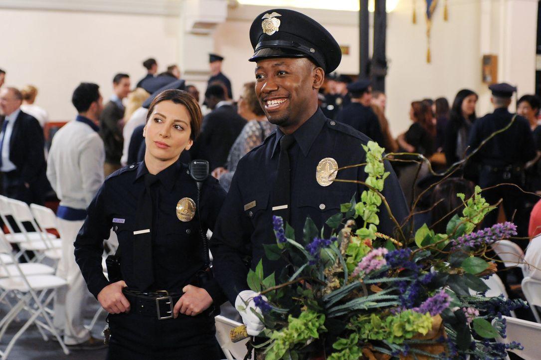 Kurz nachdem Winston (Lamorne Morris, r.) seinen Abschluss an der Polizeischule gemacht hat, trifft er auf seine neue Ausbilderin Aly (Nasim Pedrad,... - Bildquelle: 2015 Twentieth Century Fox Film Corporation. All rights reserved.