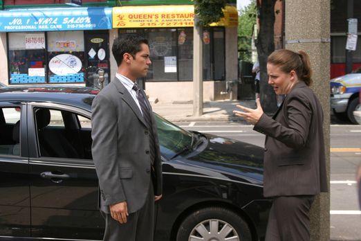 Cold Case - Scott (Danny Pino, l.) und Anna (Robin Weigert, r.) besprechen di...