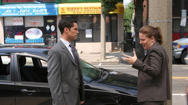 Scott (Danny Pino, l.) und Anna (Robin Weigert, r.) besprechen die weitere Vo...