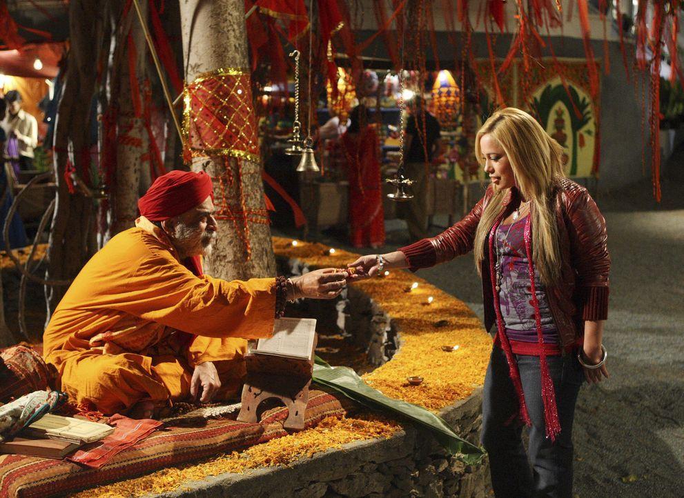 Der weiße Inder Swami (Vinod Nagpal, l.) überreicht Dorinda (Sabrina Bryan, r.) eine Figur der Göttin Ganesha - sie soll ihr Glück bringen ... - Bildquelle: Disney - ABC - ESPN Television