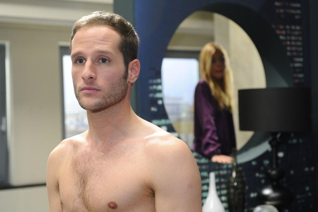 Da Annett (Tanja Wenzel, r.) David (Lee Rychter, l.) die kalte Schulter zeigt, gerät er immer mehr in ein emotionales Dilemma ... - Bildquelle: SAT.1