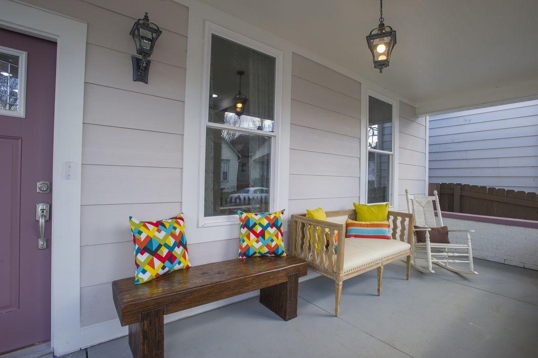 Die kleine, feine Veranda repräsentiert den Stil, in dem Karen und Mina das ganze Haus gestaltet haben. Ob das der Stil ist, den potenzielle Kunden... - Bildquelle: 2017,HGTV/Scripps Networks, LLC. All Rights Reserved