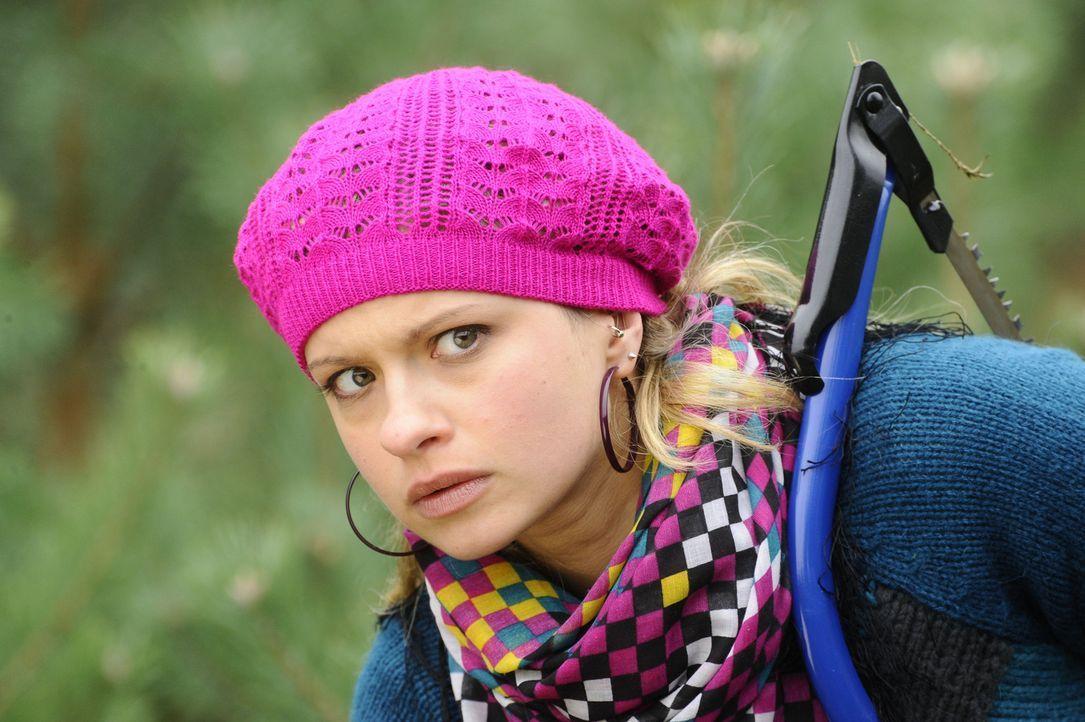 Mia (Josephine Schmidt) ist überrascht, als sie auf der Suche nach dem perfekten Weihnachtsbaum auf Alexander trifft ... - Bildquelle: SAT.1