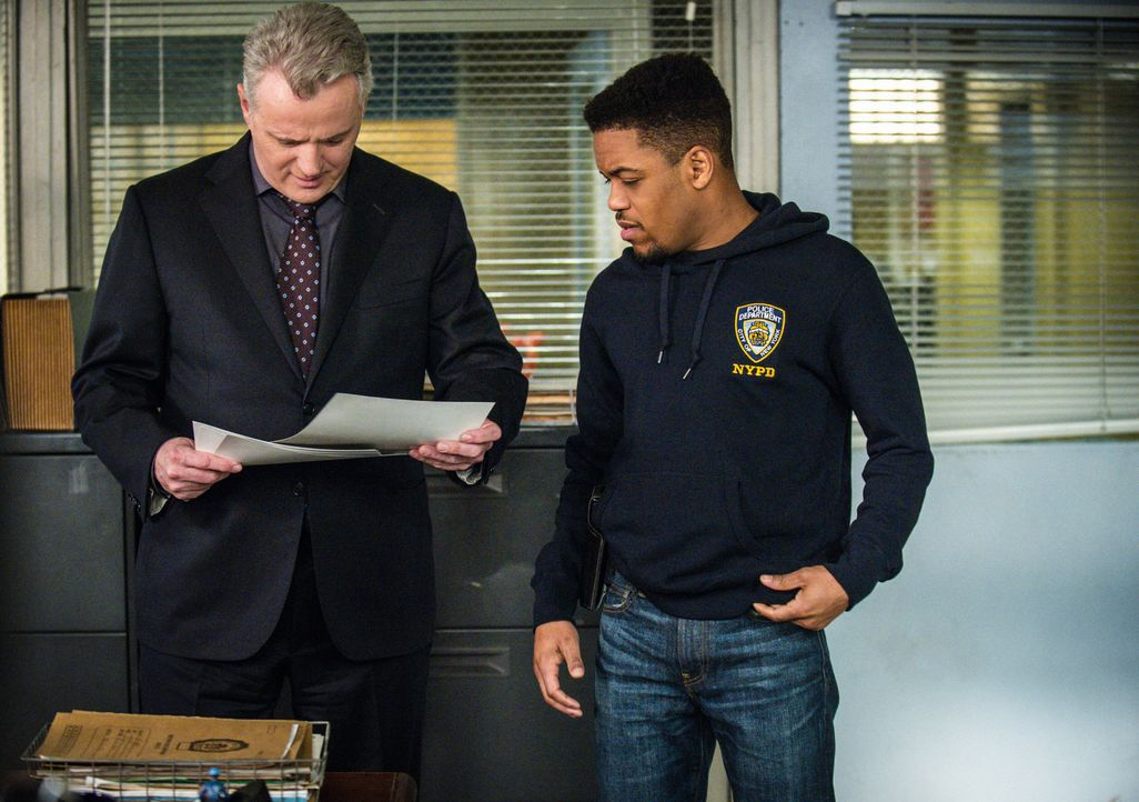 (v.l.n.r.) Captain Thomas Gregson (Aidan Quinn); Detective Marcus Bell (Jon Michael Hill) - Bildquelle: Jeff Neira 2017 CBS Broadcasting, Inc. All Rights Reserved/Jeff Neira