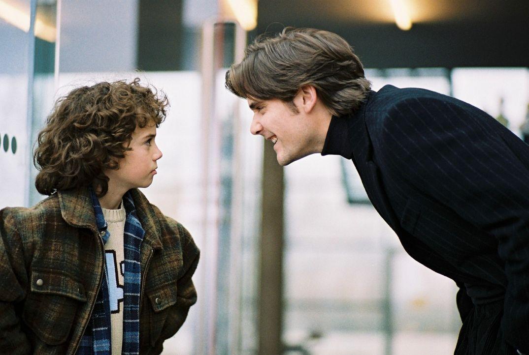 Kinderhasser Alex (Patrick Rapold, r.) muss sich wider Willen eine Familie suchen, um an das Erbe seines Vaters zu kommen. Noch ahnen Jonathan (Thad... - Bildquelle: Sat.1