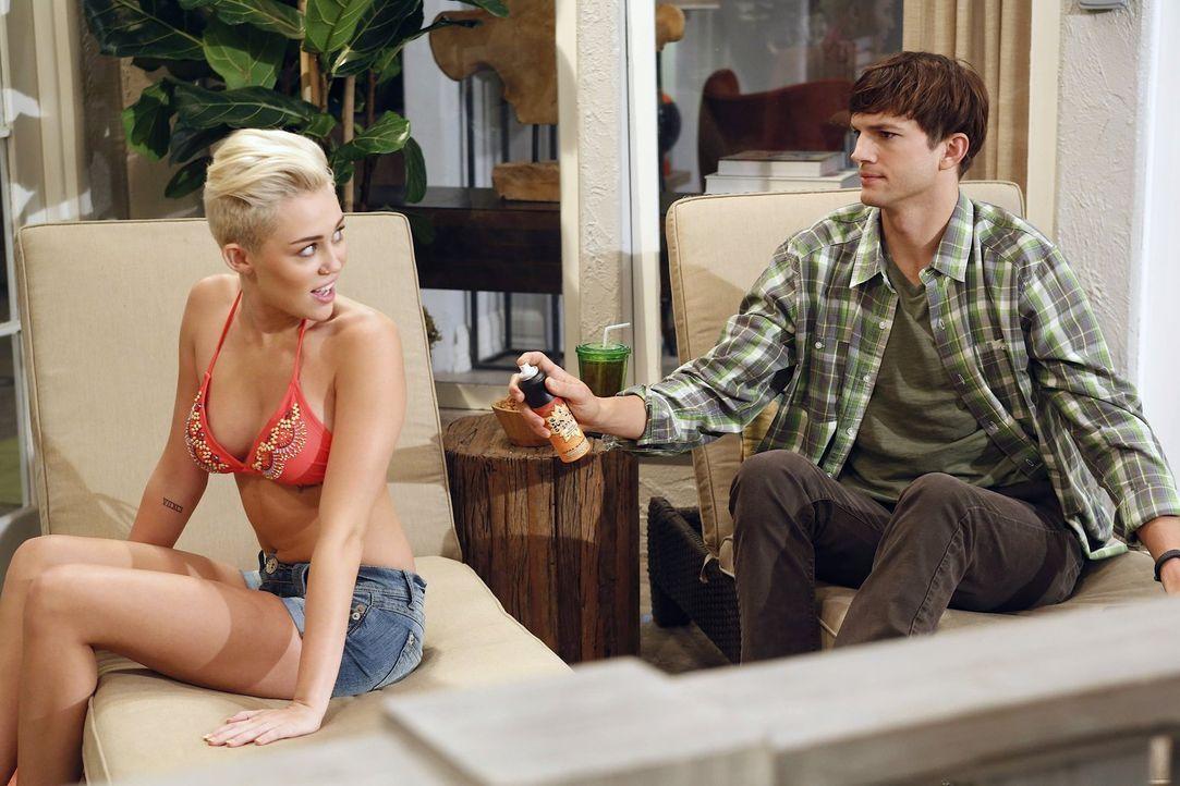 Als Missi (Miley Cyrus, l.), die Tochter eines Freundes, in der Stadt ist und Walden Schmidt (Ashton Kutcher, r.) sich um sie kümmern soll, muss er... - Bildquelle: Warner Brothers Entertainment Inc.