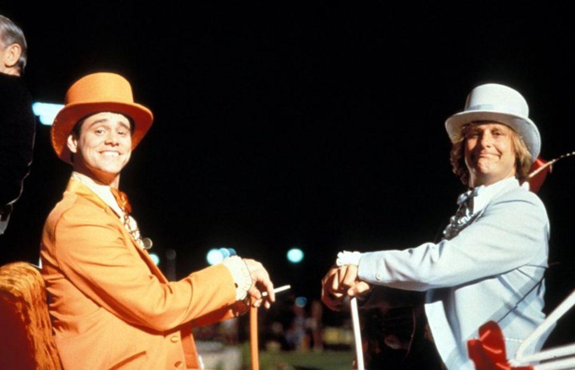Llyod (Jim Carrey, l.) und Harry (Jeff Daniels, r.) sind zwei liebenswerte Trottel, die irgendwie gar nichts zustande kriegen und alles falsch mache... - Bildquelle: Warner Bros.